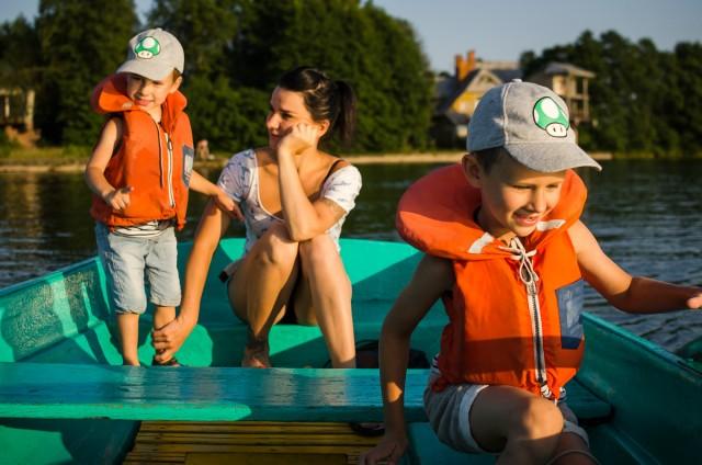 Plaukimui pasiruošta rimtai - įgula su gelbėjimosi liemenėmis