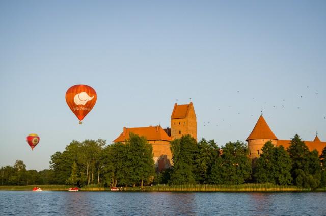 Salos pilį apžiūrinėja varnos ir keleiviai oro balionu