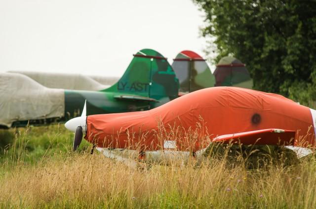 Aerodromo pakraštyje snaudžia keletas užkonservuotų lėktuvėlių