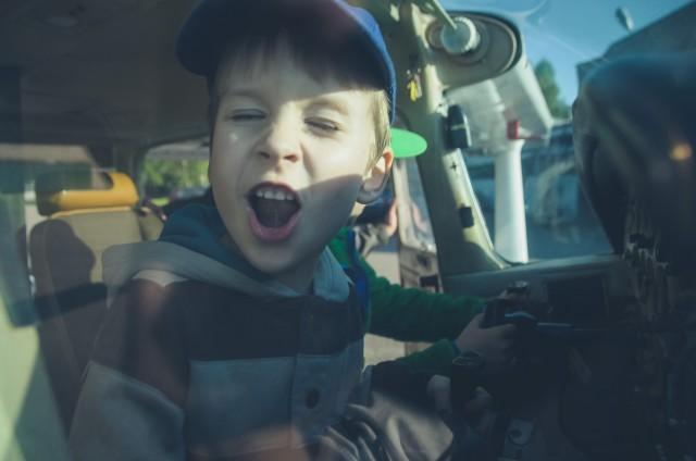 Kol Adomas džiaugiasi, tėtis už lango seilę varvina...